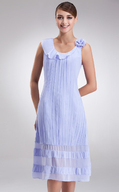 A-Line/Princess Scoop Neck Knee-Length Chiffon Mother of the Bride Dress With Flower(s) Pleated (008016925)
