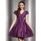 Vestidos princesa/ Formato A Decote V Curto/Mini Cetim Vestido de boas vindas com Pregueado Pino flor crystal Curvado (022013768)