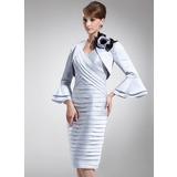 Платье-чехол V-образный Длина до колен Атлас Платье Для Матери Невесты с Рябь (008005944)