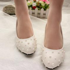 Vrouwen Patent Leather Low Heel Closed Toe Pumps met Imitatie Parel (047107073)